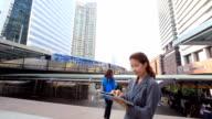 Asiatische Geschäftsfrau mit tablet PC im öffentlichen walking place