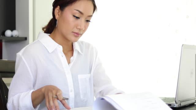 Aziatische zakelijke vrouwen notitieblok werken op kantoor