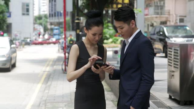Asiatische Geschäftsleute mit einem smartphone
