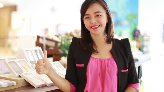 Asiatische Geschäftsfrau nehmen Daumen hoch für Erfolg Zeichen