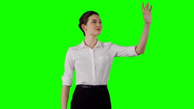 Asiatische Geschäftsfrau mit virtuellen Touchscreen arbeiten.