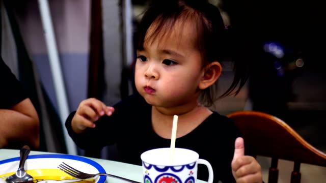 Asiatiska barn äta restauranger