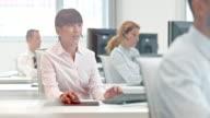 DS asiatische Geschäftsfrau Arbeiten an den customer support Telefon-center