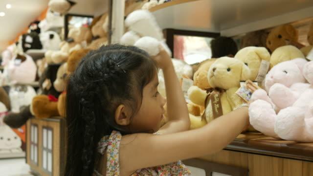 Asiatisk tjej att ha kul shopping leksak