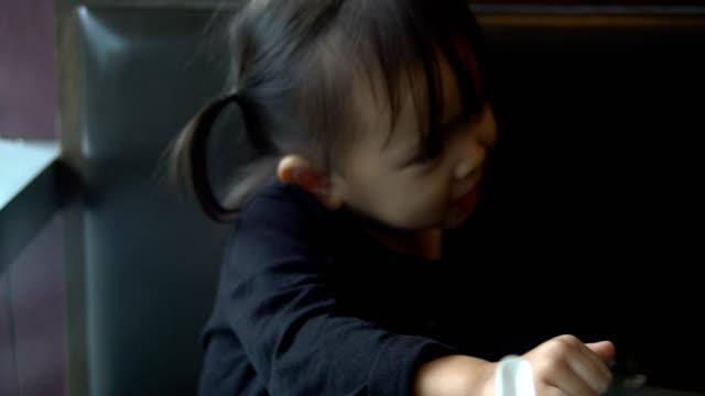 Asiatisk flicka i restaurang
