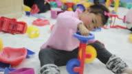 Ragazza asiatica giocando giocattolo bambino sabbia a imbuto, ridere, poco profonde DOF.