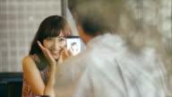 Asiatischen Mann Ein Bild aufnehmen einer niedlichen asiatischen Mädchen
