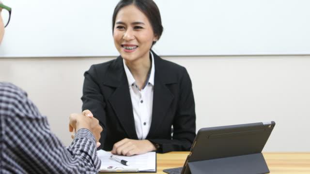 Asiatiska anställningsintervju