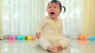 Bambina asiatica gridando