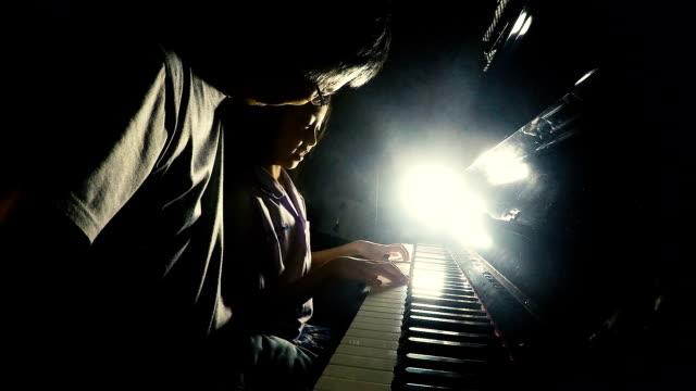 Aziatische meisje pianospelen met haar vader