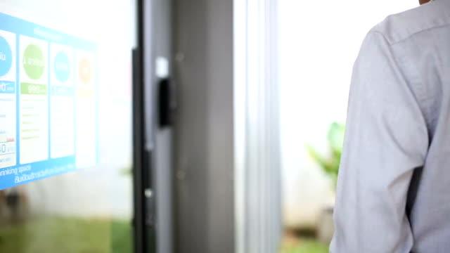 Asiatischer Mann klaut eine Key-Card an eine sichere Tür