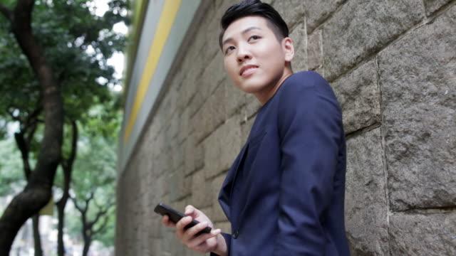Asiatischen Mann mit smart phone
