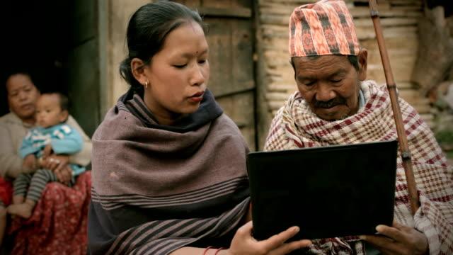 Asiatische Personen: Eine junge Frau mit laptop, alter Mann
