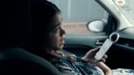 Aziatische zwangere buik op de auto