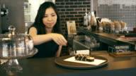 Asiatische Frau hinter der bar