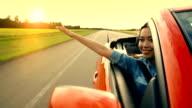 Mulher asiática experiências liberdade na Auto-Estrada