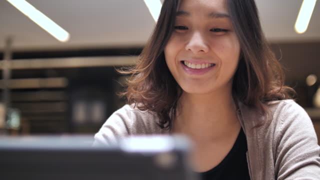 Asiatische Frau aussehende Tablet PC