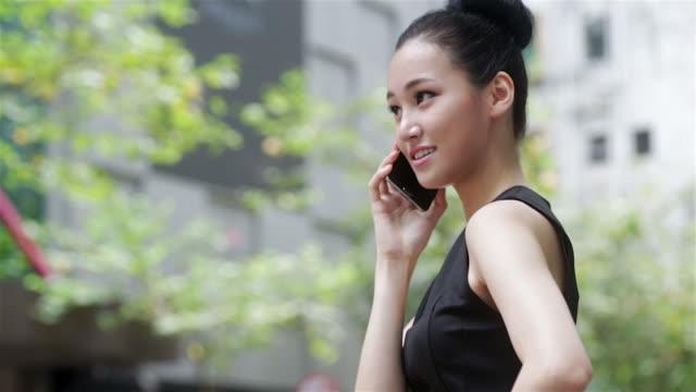 Donna asiatica sul telefono