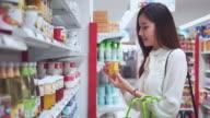 Asiatische Frau Einkauf im Supermarkt