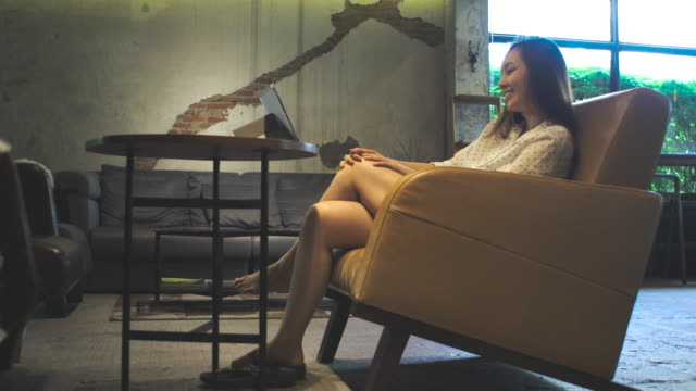 asiatische Frau Film im Café, Lifestyle-Konzept