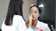 Asiatische Frauen Anwendung Make-Up