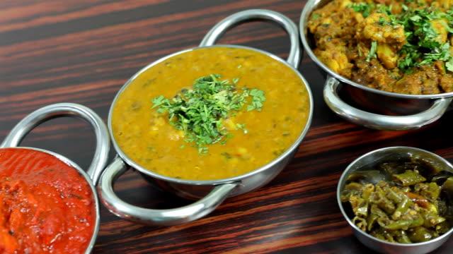 Verschiedene indische Speisen serviert auf einem Tisch