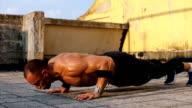 Athlete do intense push ups