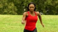 Sportliche Frau läuft in Richtung Kamera