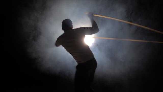 Atletische man doen sportschool oefeningen met een touw in de sportschool