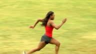 Sportliche Frau geht von links nach rechts