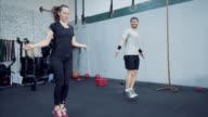 Sportlich junges Paar Jumprope Training.