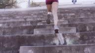 UHD 4K: attraktiv vuxen hona utbildning och tävlar upp trappan