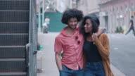 Aantrekkelijke Afrikaanse Amerikaanse echtpaar lopen en Toon affectie op stedelijke Street