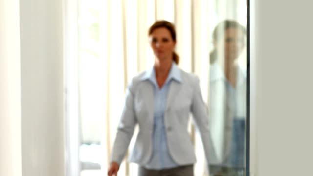 Attraktive und zuversichtlich Geschäftsfrau