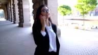 Attraktive Business-Dame am Telefon sprechen und laufen