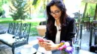Hübsche Frau in Business-Kleidung, Kaffee trinken und das Surfen auf dem Handy