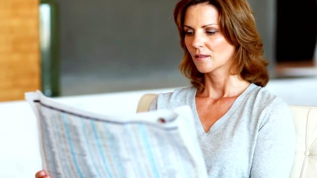 Attraktive Reife Frau lesen Zeitung