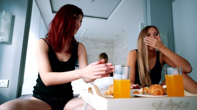 Aantrekkelijke vrouwen ontbijten in bed