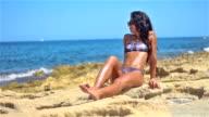 Attraktive junge Mädchen ist Entspannung auf felsigen Meer und am Strand.