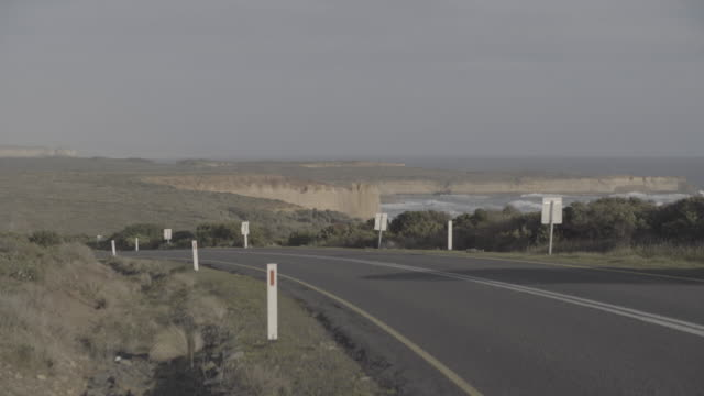 Australia_4k_greatoceanroad_sunset_road_2cars