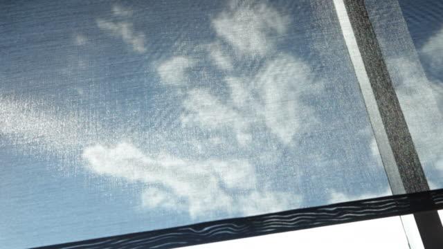 Automatic sole Screening Shade si apre e si chiude sulla finestra luminosa