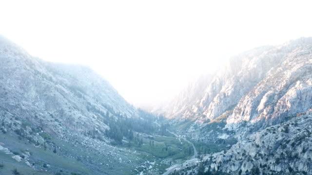 Ontzagwekkende zonsondergang tussen bergtoppen in Californië