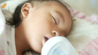 Baby-füttern mit der Flasche