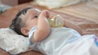 Baby boy Trinkwasser.