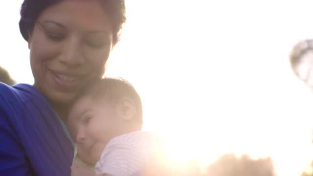Bambino Poggia la testa sulla sua madri spalla