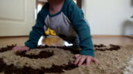 Baby kruipen op tapijt