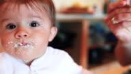 Bambina mangiare il suo porridge