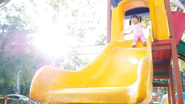 Baby Mädchen auf dem Spielplatz