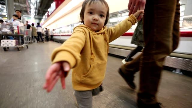 Baby Kleinkind im Store