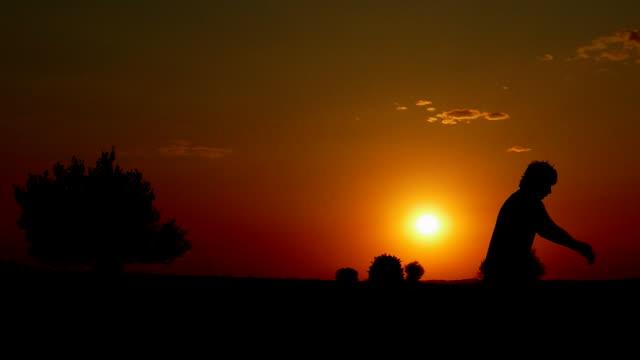 Zurück Flip Bodenarbeit bei Sonnenuntergang. Slow-motion